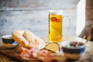 bia budweiser budvar original và thức ăn